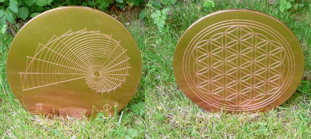 Sonnen-Wandler; VorderSeite: Blume des Lebens, Rückseite: Goldener Schnitt. Der Platte wirkt aufgrund der Geometrischen Maße, der Dichte, der programmierten Informationen und der Integration ins Meridian-System der Erde. Gewicht: 3 kg.